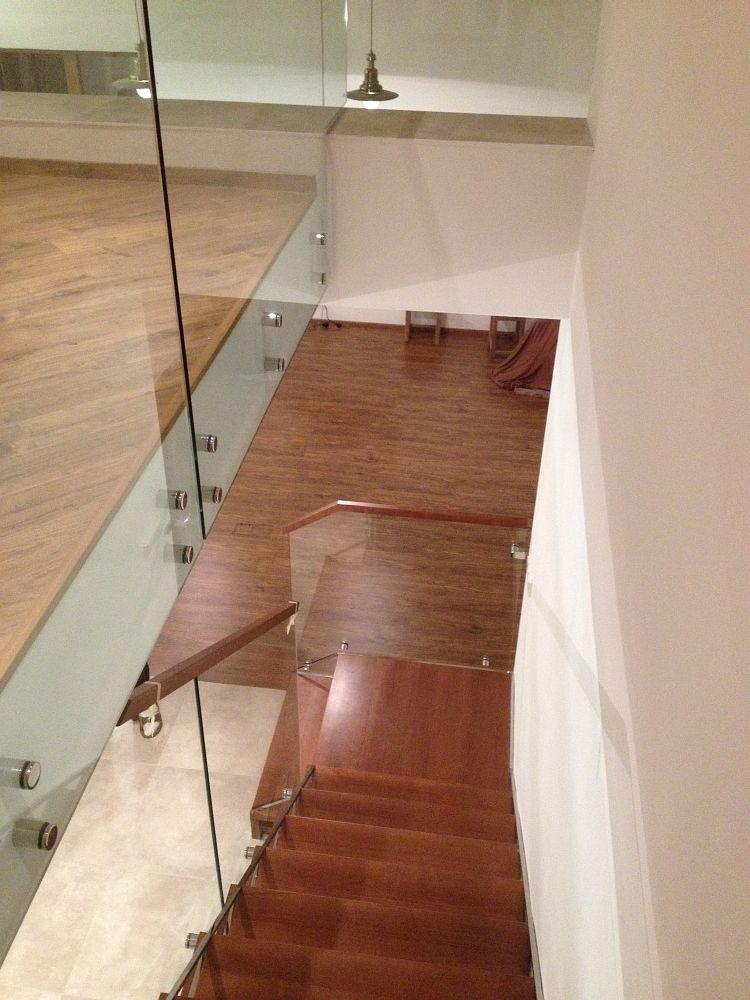 Luxusní skleněné schodiště s mahagonem