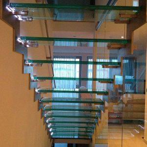 Skleněné schodiště s LED pásky umístěné v rodinném domě, v přímořské části Chorvatska.